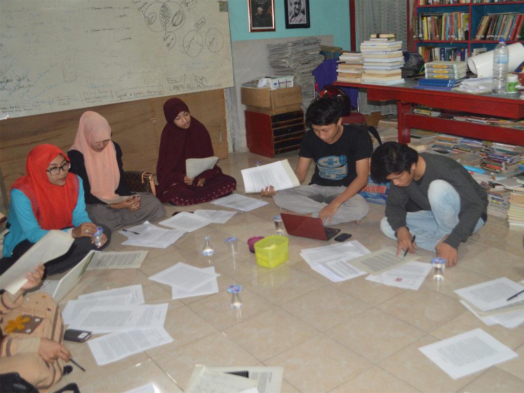 Suasana belajar Kelas Literasi Paradigma Institute (KLPI) Makassar
